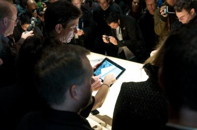 Crowds_around_the_iPads