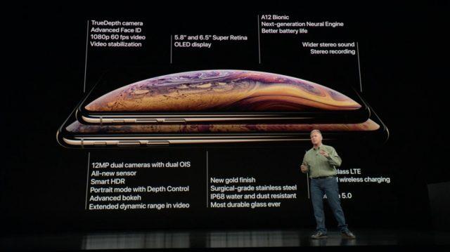Phil Schiller toont de iPhone XS.