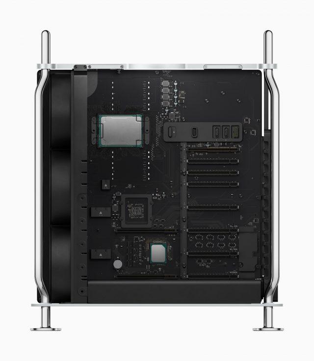 De Mac Pro vanaf de zijkanrt met de kap eraf