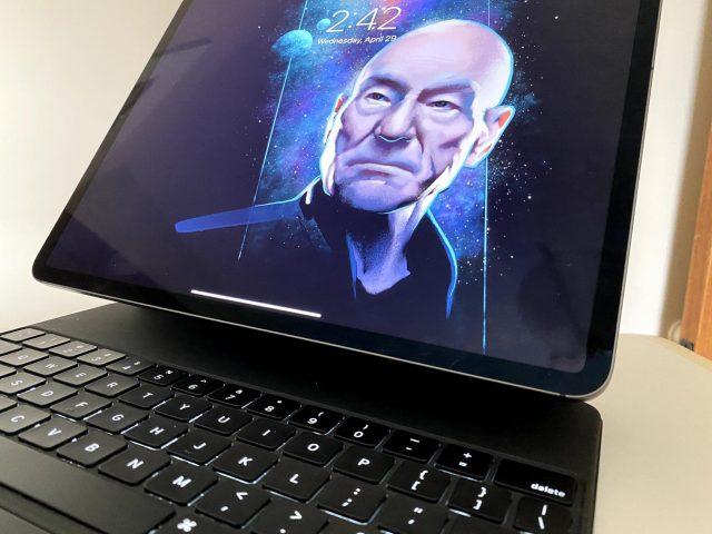 """De iPad """"zweeft"""" in het Magic Keyboard"""